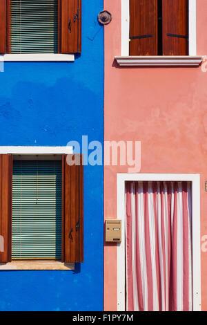 Bleu et rose maisons adjacentes Burano Lagune de Venise Vénétie Italie Europe Banque D'Images