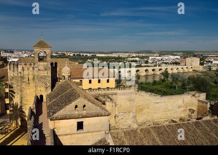 Vue de la tour de l'hommage et le pont romain sur la rivière Guadalquivir à partir de la tour de Cordoue Alcazar Banque D'Images