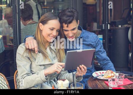 Paris, couple avec une tablette numérique Banque D'Images
