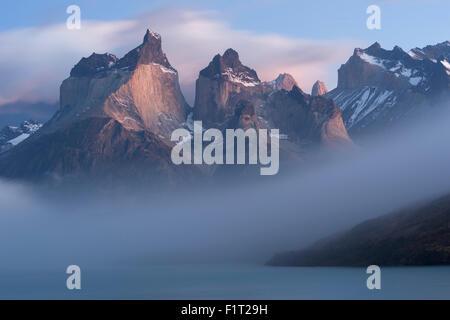 Lever de soleil sur l'Cuernos del Paine et Lago Pehoe, Parc National Torres del Paine, Patagonie chilienne, Chili, Banque D'Images