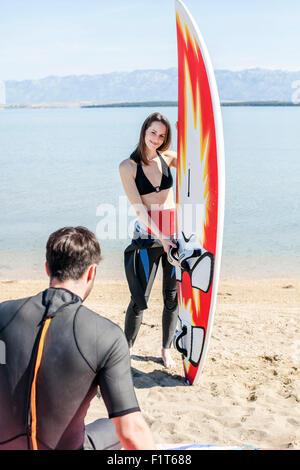 Deux surfers on beach Banque D'Images