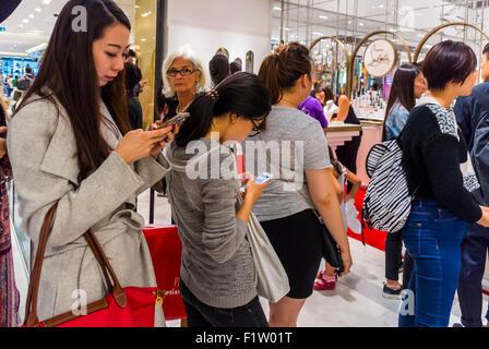 Paris, France, Groupe d'adolescents chinois, touristes Queuing, Shopping in French Department Store, le Printemps, Banque D'Images