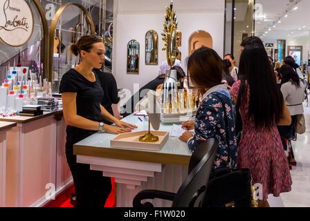 Paris, France, les touristes chinois, les adolescents Shopping, le choix de l'acheteur des marchandises en français Banque D'Images