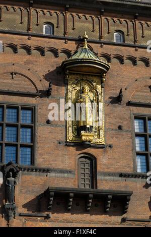 Statue dorée d'Absalon, fondateur de Copenhague à l'hôtel de ville de Radhus à Copenhague, au Danemark