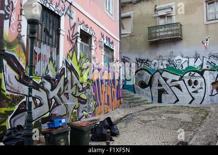 Graffiti sur mur et ordures sur jardin à Lisbonne, Portugal