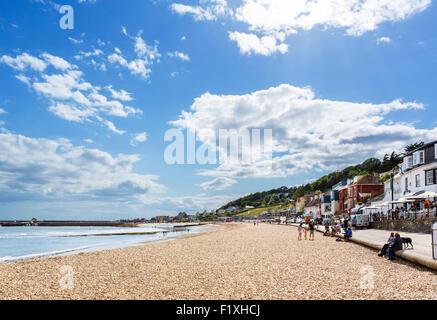La plage de la ville avec le derrière de Cobb, Lyme Regis, la baie de Lyme, sur la côte jurassique, Dorset, England, Banque D'Images
