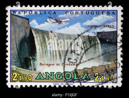 Timbres en Angola Cambambe montre un barrage, une centrale hydroélectrique sur Cambambe fleuve Kwanza, vers 1965 Banque D'Images