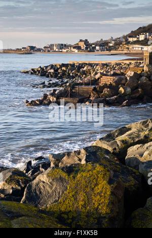À la défense le long de la mer vers la plage de Cobb à Lyme Regis sur la côte jurassique du Dorset, Angleterre, Banque D'Images