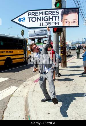 Los Angeles, Californie, USA. 05Th Nov, 2015. Publicité AArow sign spinner KOREY MENDENHALL attire l'attention sur Banque D'Images