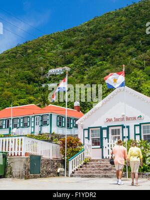 Les touristes près du Bureau du tourisme de Saba dans Windwardside Banque D'Images