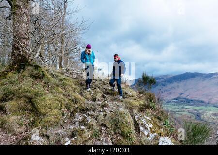 Jeune couple hiking, Derwent Water, Keswick, Lake District, Cumbria, Royaume-Uni Banque D'Images