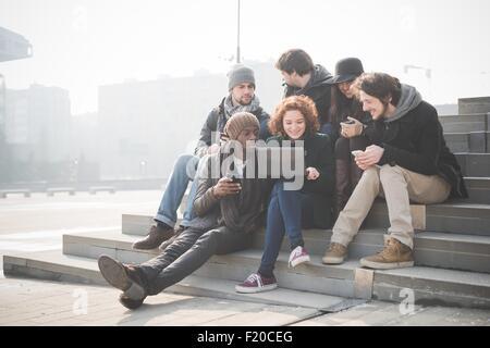 Six jeunes amis adultes sur les mesures portable navigation