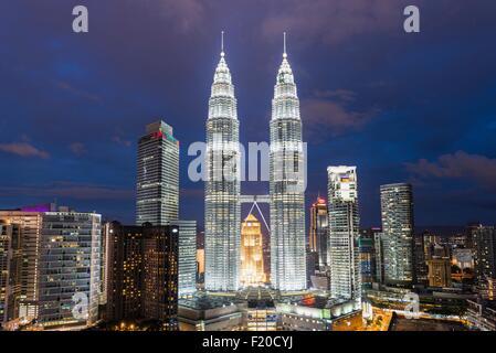 Les Tours Petronas illuminé la nuit, Kuala Lumpur, Malaisie Banque D'Images