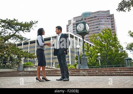 Vue latérale sur toute la longueur de business people shaking hands Banque D'Images
