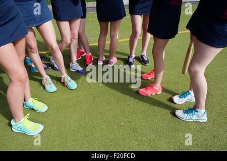 Cropped shot d'apprenants de sexe féminin sur le terrain de sport Banque D'Images