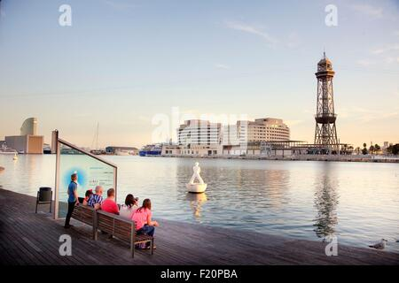 Espagne, Catalogne, Barcelone, le Vieux Port, Vieux Port, Port Vell, Rambla de Mar, l'hôtel Bridge W à l'arrière-plan et l'immeuble du World Trade Centre et le téléphérique Tower