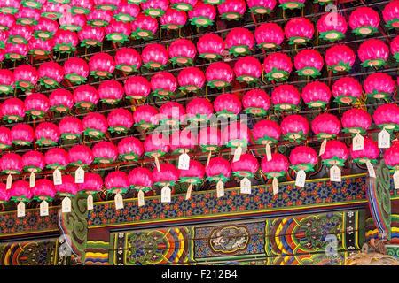 La Corée du Sud, Séoul, Samseong-dong, Bongeunsa temple bouddhiste fondée au viiie siècle, les lanternes en forme Banque D'Images