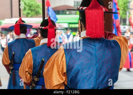 La Corée du Sud, Séoul, palais Deoksugung, le palais royal de la dynastie de Joseon, porte Daehanmun, relève de Banque D'Images