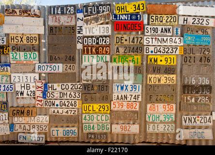 Une légende de l'outback du Territoire du Nord: le Daly Waters Pub. Ici: les plaques de voitures d Banque D'Images