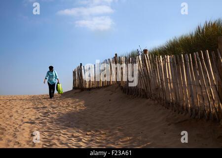 Crosby, Merseyside. Météo britannique. Les vents qui soufflent la lumière fine sands au large de la plage. Construction Banque D'Images