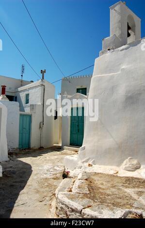 Dans la rue la Chora d'Amorgos une île grecque dans les Cyclades Banque D'Images