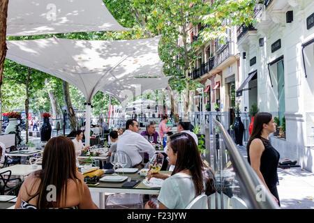 Europe Espagne Madrid Espagnol Plaza de la Independencia café-restaurant dîner à l'Hispanic woman Banque D'Images