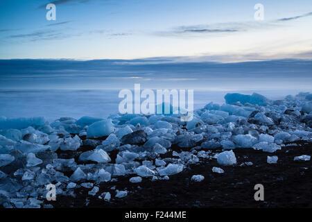 Les icebergs de la lagune glaciaire du Jökulsárlón est échoué sur une plage de sable volcanique noir. Le sud de Banque D'Images
