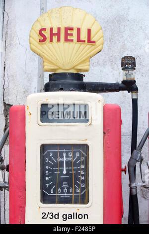 Vieilles pompes à essence à St Mawes, Cornwall, UK. Banque D'Images