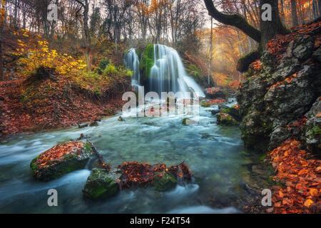Belle cascade en forêt d'automne dans les montagnes de Crimée au coucher du soleil. Chute d'eau d'argent dans le Banque D'Images