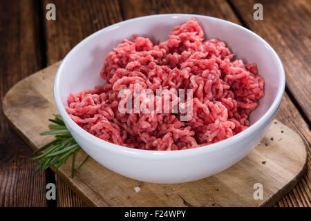 La viande hachée (boeuf) comme détaillé gros plan sur fond de bois foncé Banque D'Images