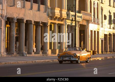 Cuba, Ciudad de la Habana Province, La Havane, voiture américaine sur le Malecon Banque D'Images