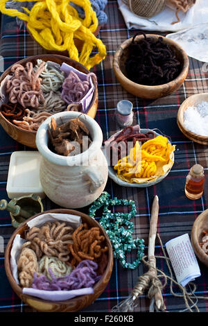 Table avec des céramiques et des bols en bois Banque D'Images