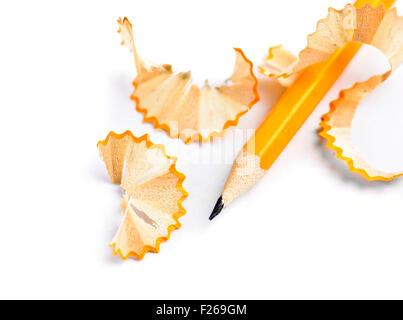 Crayon aiguisé et les copeaux de bois isolé Banque D'Images