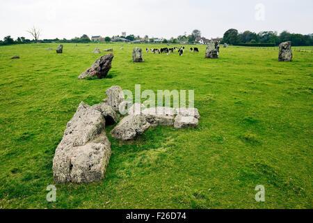 Stanton Drew, Somerset, Angleterre. À travers les pierres du cercle du nord-est de la Grande Boucle et village Banque D'Images