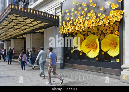 Grand magasin Selfridges grande promotion dans la plupart de ses Oxford Street store windows pour regarder Apple Banque D'Images