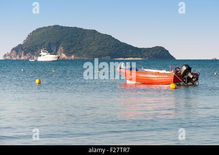 Dans l'embarcation de la baie de Laganas avec l'Île Marathonisi en arrière-plan, l'île de Zakynthos, Grèce Banque D'Images