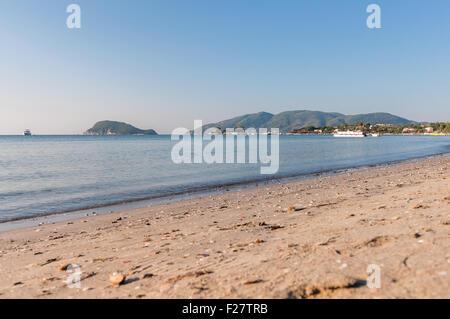 Vue de la baie de Laganas à partir de la plage sur l'île de Zakynthos, Grèce Banque D'Images