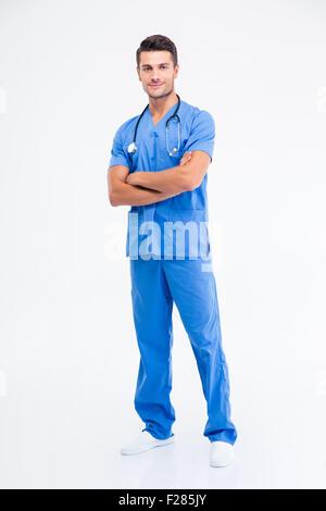 Portrait d'un homme heureux doctor standing with arms folded isolé sur fond blanc Banque D'Images