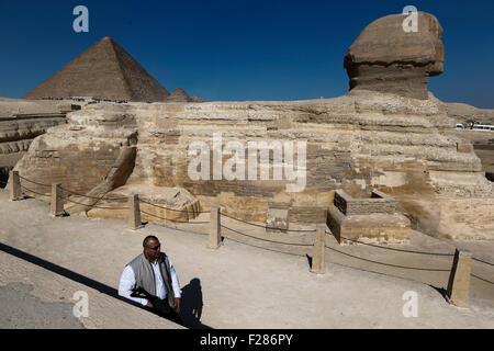 Le Caire. 14Th Sep 2015. Photo prise le 21 novembre 2014 montre un membre de la force de sécurité gardant les sphinx Banque D'Images