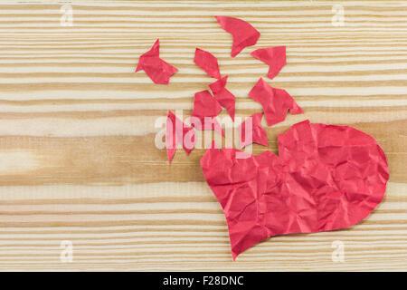 Close up de papier cœur brisé sur fond de bois Banque D'Images