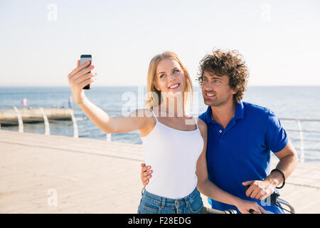 Heureux couple photo selfies sur smartphone outdoors Banque D'Images