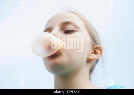 Girl blowing bubble chewing-gum, Bavière, Allemagne Banque D'Images