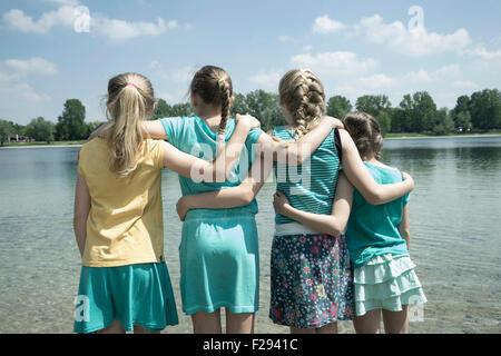 Groupe d'amis debout dans le lac, Bavière, Allemagne Banque D'Images