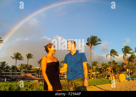 Couple at Kaanapali Beach près de Black Rock sur Maui avec rainbow Banque D'Images