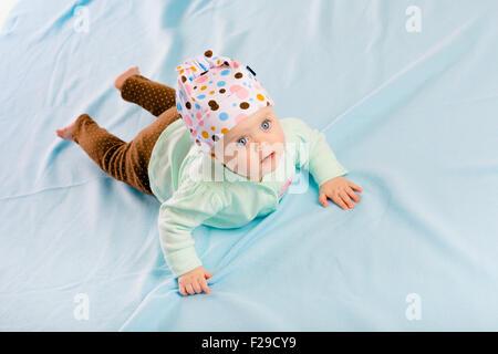 La blue-eyed baby hat en rampant sur le plaid bleu Banque D'Images
