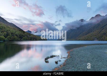 Lake Gunn au lever du soleil avec des réflexions, Fiordland, île du Sud, Nouvelle-Zélande Banque D'Images