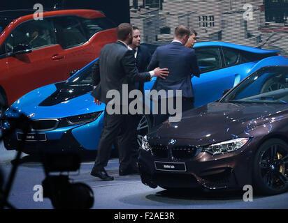 Francfort, Allemagne. 15 Sep, 2015. BMW PDG Harald Krueger (1e R) est permis après qu'il s'est effondré lors d'une Banque D'Images