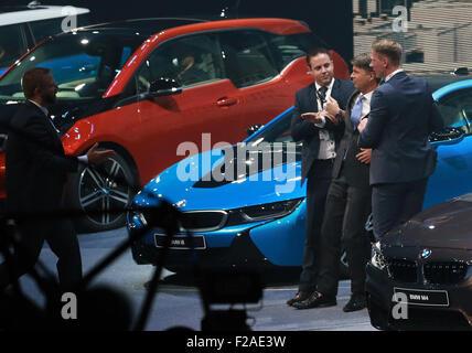 Francfort, Allemagne. 15 Sep, 2015. BMW PDG Harald Krueger (2e R) est permis après qu'il s'est effondré lors d'une Banque D'Images