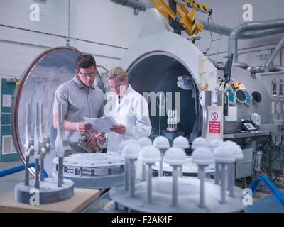 Ingénieurs avec revêtement en céramique, revêtement de la machine dans les articulations de la hanche artificielle Banque D'Images