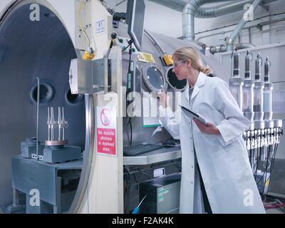 Ingénieur femelle avec revêtement en céramique, revêtement de la machine dans les articulations de la hanche artificielle Banque D'Images